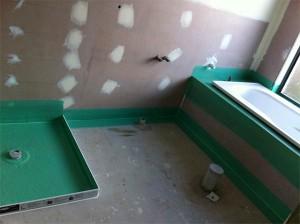 Zorg voor de waterdichtheid van de badkamer in een houten huis