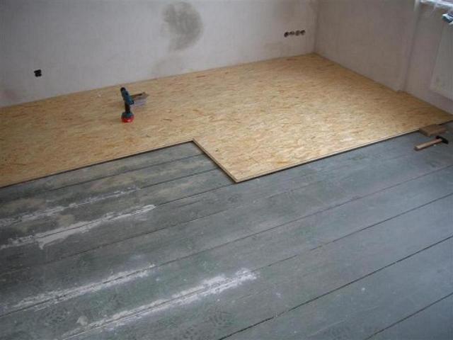 Houten vloer egaliseren met spaanplaat: tegels op houten ondergrond