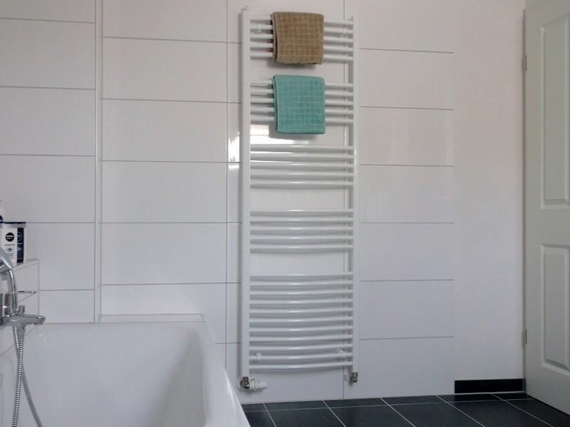 Opties voor het baden van de tegels. Keramische tegels voor badkamers